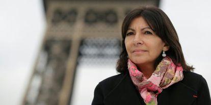 La alcaldesa de París, Anne Hidalgo, este miércoles junto a la ttorre Eiffel.