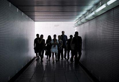 """Un grupo de personas camina por el paso subterráneo en Castelldefels. El alcalde de la localidad, Joan Sau, ha asegurado que si se hubiese usado """"no estaríamos hablando de esta tragedia""""."""