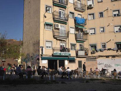 Terraza del bar Los Pinchos, en la plaza de Almodóvar.