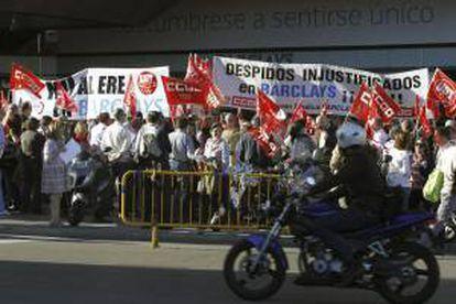 Un momento de la concentración de trabajadores de Barclays frente a la sede principal de la entidad en Madrid, en protesta por el ERE con el que se pretende despedir a un tercio de la plantilla.