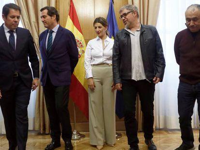 De izquierda a derecha: Gerardo Cuerva (Cepyme), Antonio Garamendi (CEOE), la ministra de Trabajo, Yolanda Díaz, Unai Sordo (CC OO) y Pepe Álvarez (UGT).