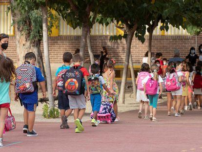 Los niños llegan al colegio público Federico de Arce de Murcia la semana pasada, en el comienzo del curso escolar para los alumnos de primaria en Murcia.