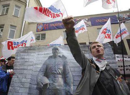 Jóvenes rusos protestan ayer ante la Embajada de Estonia en Moscú.