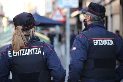 Agentes de la Ertzaintza durante una actuación policial.