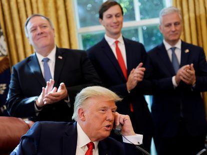 Donald Trump conversa por teléfono con los líderes de Israel y Sudan, el viernes en la Casa Blanca.