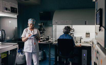 La doctora Rocío Núñez Calonge, en un laboratorio.