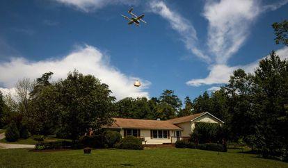 Un dron de Alphabet haciendo una entrega.