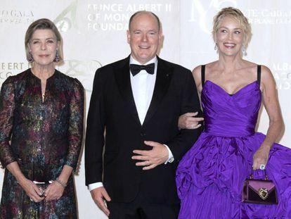 Carolina de Mónaco con el príncipe Alberto y la actriz Sharon Stone, en una gala benéfica celebrada en Mónaco el 23 de septiembre de 2021.