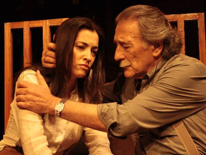 Esther Vega y Emilio Linder en una escena de 'Una mujer desnuda y en lo oscuro'.