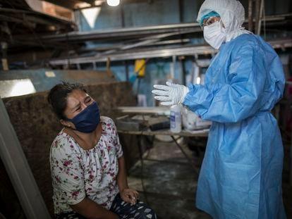 Una mujer llora después de una extracción de sangre durante una prueba de coronavirus en Lima (Perú).
