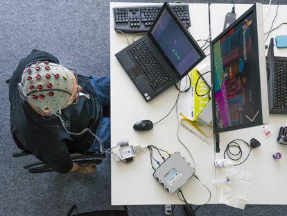 Un experimento del Instituto Federal Suizo de Tecnología de Lausana para controlar un ordenador con pensamientos