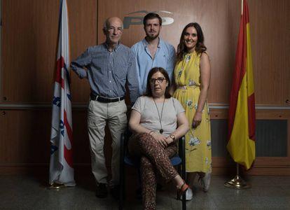 Cuatro afiliados del PP, en la sede del partido en el distrito de Salamanca (Madrid).