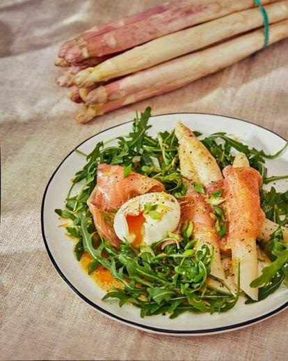 Ensalada de espárragos blancos, rúcula, salmón, huevo mollet y vinagreta cítrica