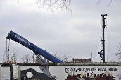 """Una grúa traslada segmentos de la """"East Side Gallery"""" del Muro de Berlín, Alemania hoy, jueves 28 de febrero de 2013."""