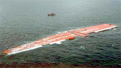 El carguero <i>Tricolor</i> yace en el canal de la Mancha poco antes de hundirse. En la foto superior el mismo barco en una imagen de archivo.