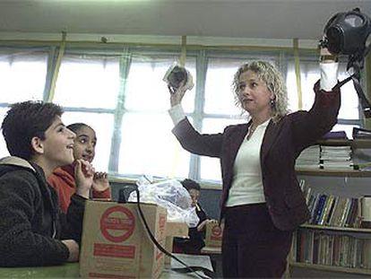 Una profesora israelí enseña a sus alumnos el uso de mascarillas antigás en Jerusalén.