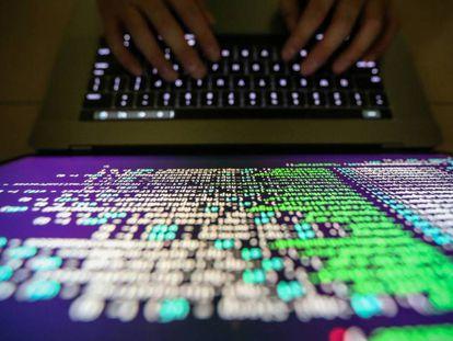 Un 'hacker' se infiltra en un sistema informático.