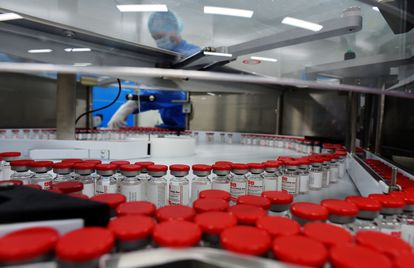 Cadena de producción de la vacuna rusa Sputnik V en diciembre de 2020.