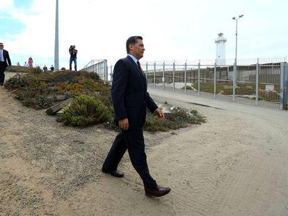 El fiscal general de California, Xavier Becerra, junto a la valla fronteriza en San Diego.