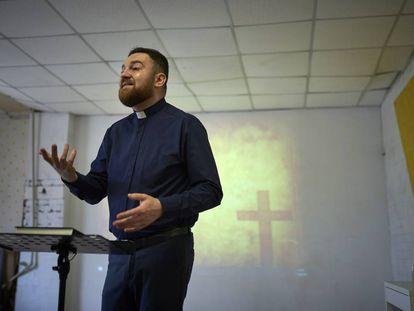 Andrii Shutkevych durante una misa religiosa.