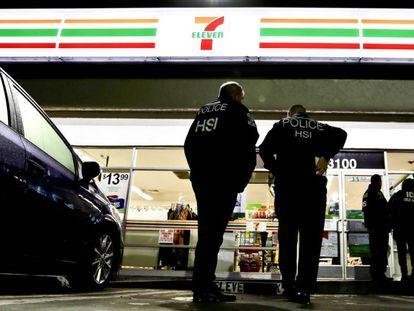 Agentes de la policía, frente a una tienda de 7-Eleven.
