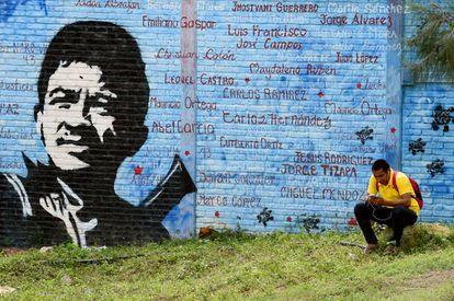 Un mural de Raúl Isidro Burgos y los nombres de los 43 estudiantes de Ayotzinapa.