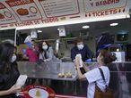 El alcalde de Madrid, José Luis Martínez Almeida entrega un bocadillo  de calamares a una sanitaria mientras la presidenta de la Comunidad de Madrid, Isabel Díaz Ayuso, se lo ha entregado a Begoña Villacís, vicealcaldesa, durante la clausura del hospital de campaña en el Ifema.