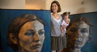 Lucie Geffré es una pintora francesa que llegó a Olmeda acompañada de su marido, profesor de instituto y ajedrecista. Allí viven y crían a su hija.
