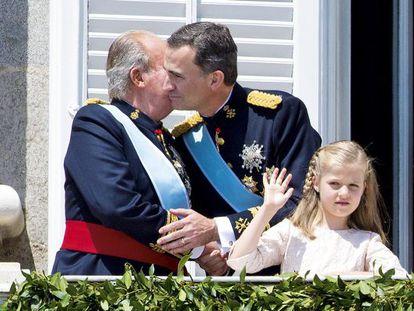 La familia que se corona unida permanece unida. Cambio de generación en el trono de España. Pronto sabremos si algo más también variará