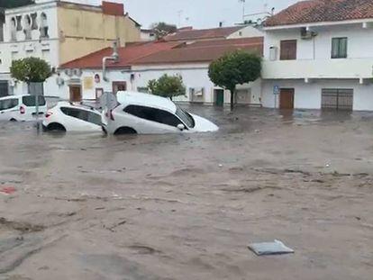 Tres coches arrastrados por la crecida del agua en Nerva (Huelva) causada por el temporal Elsa. En vídeo, imágenes de los destrozos ocasionados por el temporal.