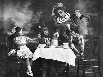 Hacia 1900 el Vaudeville Theatre escenifica la ceremonia del té de 'Alicia en el País de las Maravillas'.