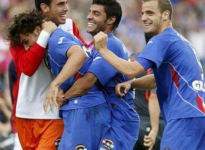 Los jugadores del Getafe felicitan a Pedro León por su gol ante Osasuna.