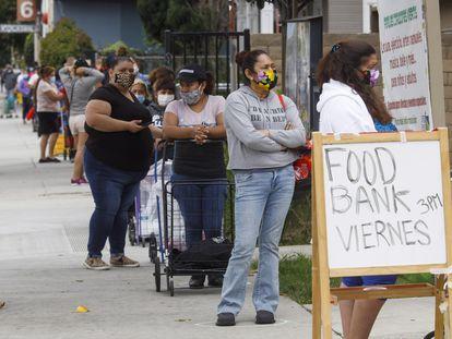 Colas para recibir comida en Santa Ana (California).