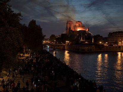 Notre Dame, en la noche del 15 de abril de 2019, cuando los bomberos apagaban aún las llamas que destruyeron buena parte de la catedral.