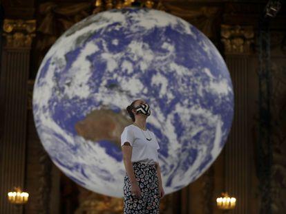 Una mujer observa parte de la instalación titulada 'Gaia' y expuesta en el Royal Naval College de Londres.
