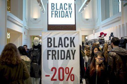 Compras en Valencia durante las rebajas del 'Black Friday'.