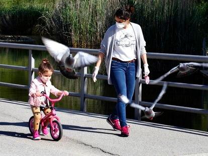 Una madre junto a su hija durante un paseo, este domingo en Terrassa.