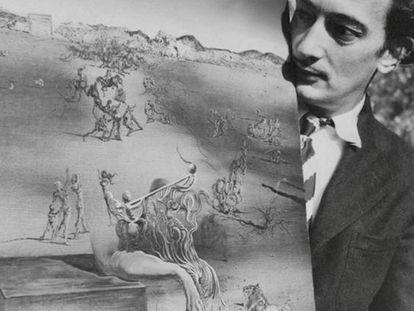 Salvador Dalí, con el lienzo titulado 'España', en 1938, en La Pausa, casa de Coco Chanel.