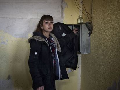 Carmen López, de 18 años, comprueba la instalación eléctrica tras un apagón en la cafetería del centro social La Atalaya.
