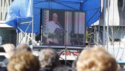 Fieles de toda Europa asisten en la Plaza de Colón de Madrid a la festividad de la Sagrada Familia.