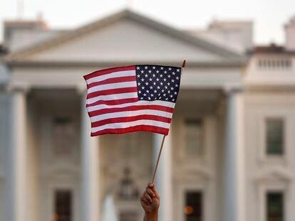 Una bandera ondea ante el Tribunal Supremo de Estados Unidos, en una imagen de 2017.