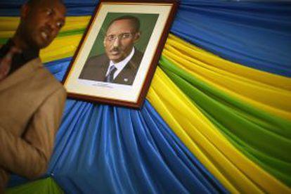 El director de la prisión de Nyanza observa el retrato del presidente Paul Kagame.