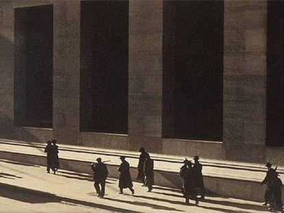 'Wall Street, Nueva York', una fotografía icónica de Paul Strand de 1915.