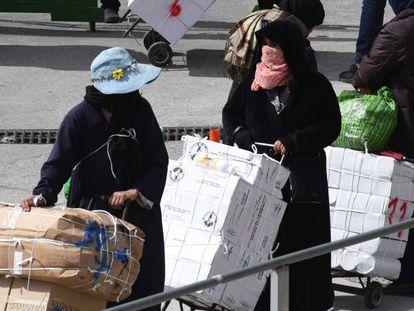 Porteadoras en la frontera entre Ceuta y Marruecos el 24 de abril de 2019.
