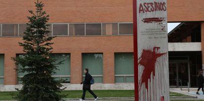 Pintada en el monumento a los brigadistas internacionales en la Ciudad Universitaria de Madrid.