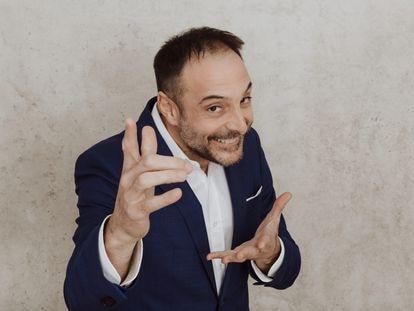 Roberto Vilar, presentador de 'Land Rober Tunai Show', en una foto promocional de su productora.