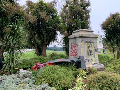 La estatua de Junípero Serra en San Francisco, derribada el viernes, en una imagen obtenida de redes sociales.