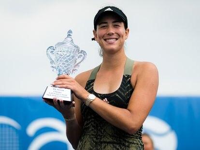 Muguruza posa con el trofeo de campeona, este domingo en Chicago.