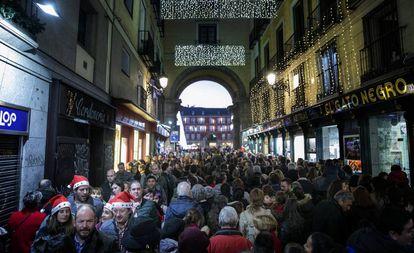Una calle de Madrid, atestada de viadantes este jueves.
