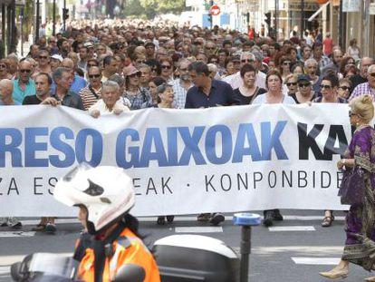 Centenares de personas se han manifestado en San Sebastián para pedir la libertad de los presos de ETA enfermos